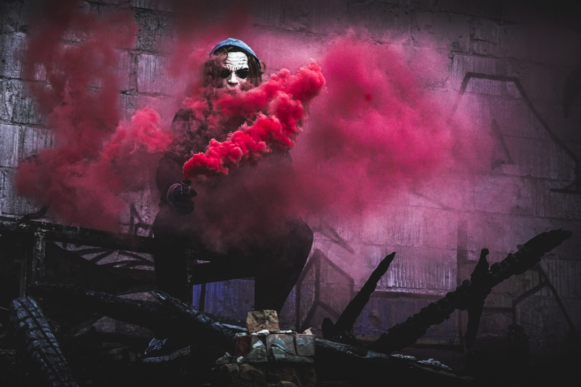joker-red-smoke